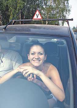 Сдавать на права в автошколах разрешили в России